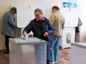 モスクワ市内の投票所で18日、下院選に一票を投じる有権者=駒木明義撮影