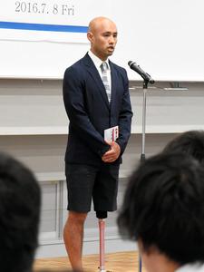 義足を見せたい、スーツでも短パン パラ銀選手の思い