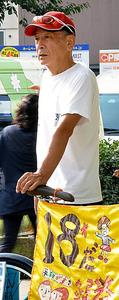 1人で駅前に立ち、安保法廃止などを訴える宗田実さん=17日朝、神奈川県大和市