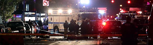 爆発によるとみられる破片が、6車線ある23丁目通りに広がり、警察や消防が調べていた=18日午前0時20分