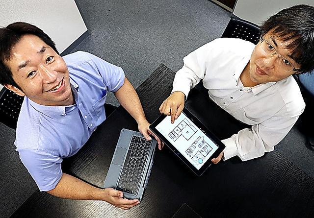 鴻海にノートブックパソコンの製造を委託したコヴィアの山本直行執行役員(左)=東京都千代田区、早坂元興撮影
