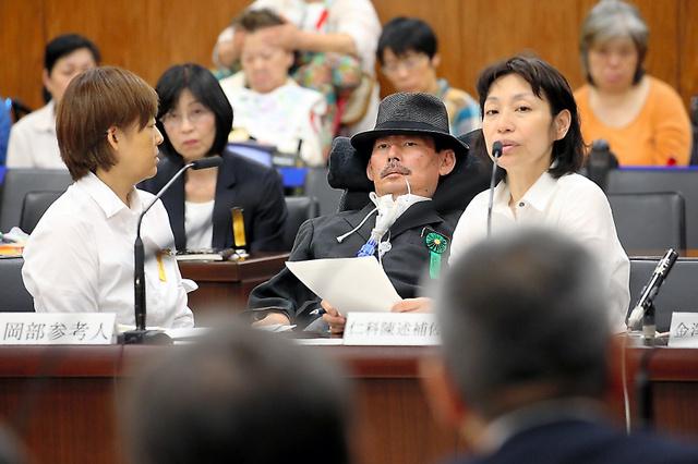 参院厚労委で参考人として意見陳述する日本ALS協会の岡部宏生さん(中央)=5月23日