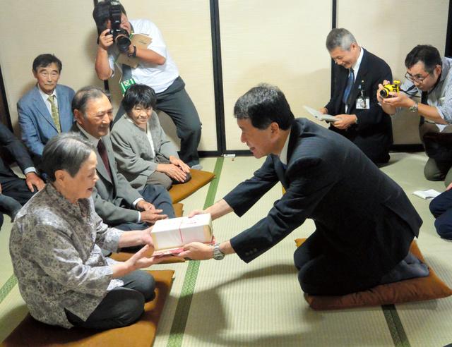 泉田裕彦知事から記念品を受け取る高橋ハナエさん(左)=三条市月岡3丁目