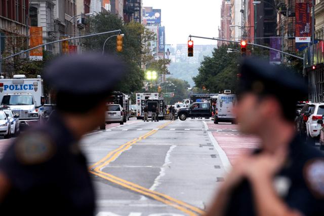 爆発現場(奥)につながる23丁目通りは、爆発から一夜あけても封鎖されたままで、捜査が続いていた=18日午後6時35分、米ニューヨーク・マンハッタン、飯塚晋一撮影