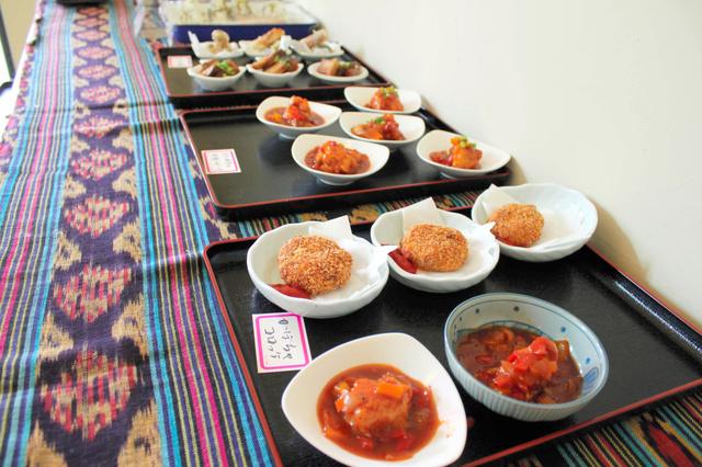 「かぼちゃコロッケ」など、店内にはお総菜や、おにぎりがずらりとならぶ=名古屋市中村区