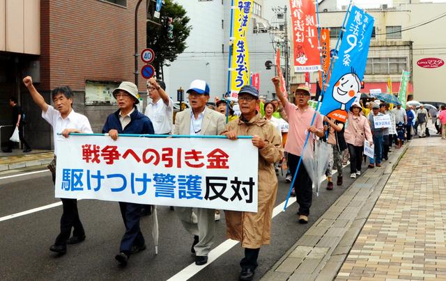 シュプレヒコールをあげながらデモ行進する参加者たち=福井市大手3丁目