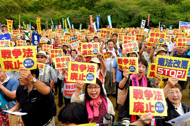 集会を開き安保関連法の廃止を訴える市民ら=19日午後、大阪市西区、筋野健太撮影