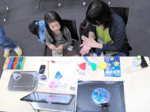 準天頂衛星「みちびき」を題材に粘土でアニメ作りに取り組む親子=東京・お台場の日本科学未来館
