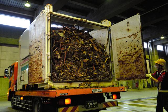 地震で発生した木くずなどのがれきを詰めて熊本から運ばれたコンテナ=20日午前9時55分、川崎市浮島処理センター、北村玲奈撮影