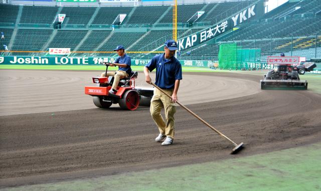 阪神園芸の従業員によって整備されるグラウンド=阪神甲子園球場