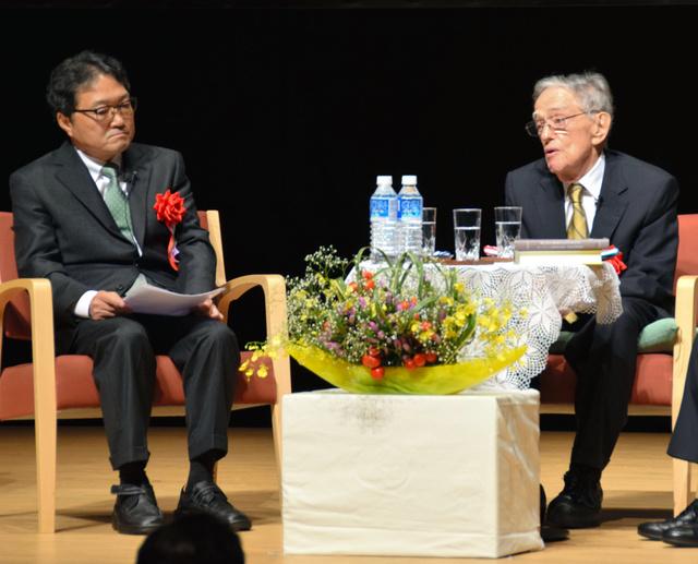池田功教授と対談するドナルド・キーン氏(右)=柏崎市文化会館アルフォーレ