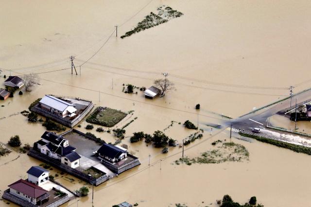 広範囲にわたって道路や田んぼが冠水した=20日午後0時30分、宮崎県延岡市北川町、本社機から、長島一浩撮影