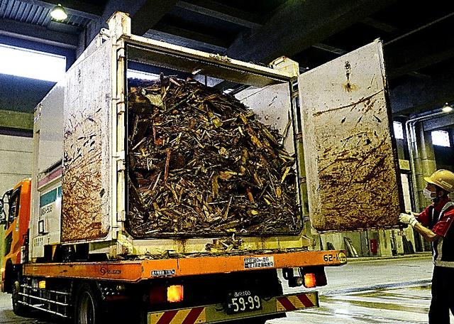 地震で発生した木くずなどのがれきを詰めて熊本から運ばれたコンテナ=20日午前、川崎市浮島処理センター、北村玲奈撮影