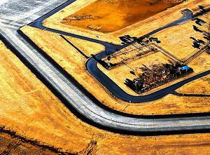 買収できなかった土地を避けて「く」の字に折れ曲がった、航空自衛隊百里基地の誘導路=2010年1月撮影、茨城県小美玉市