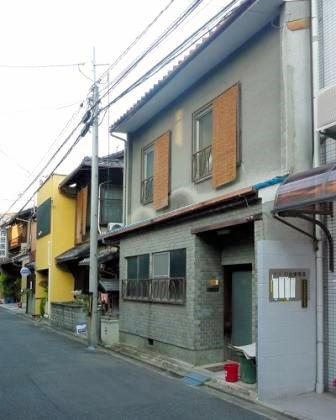 前面が改装されている京町家。このままでは「京町家」には見えない典型的なつくりだ