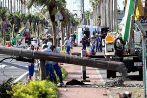 台風16号の影響で横倒しとなった電柱とトラック=20日午前9時11分、指宿市、金子淳撮影