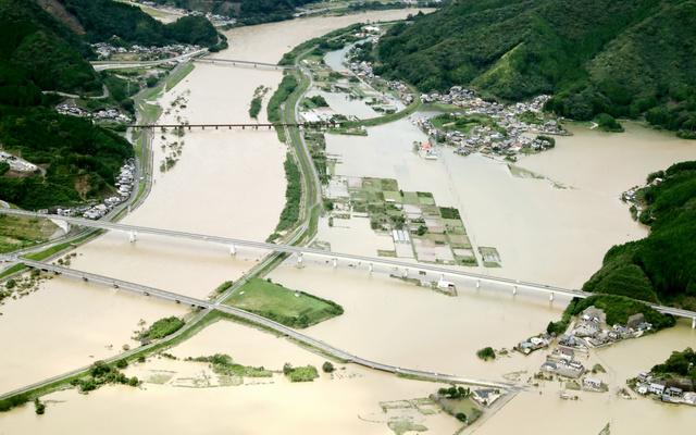 台風16号の影響で、広範囲にわたって道路や田んぼが冠水した=20日午後0時35分、宮崎県延岡市北川町、朝日新聞社機から、長島一浩撮影