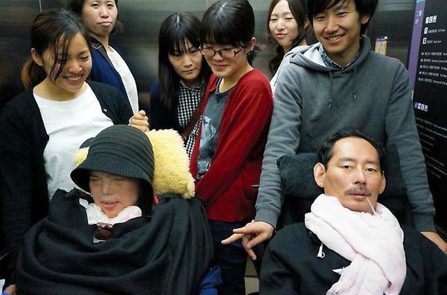 台湾での国際会議に参加した橋本操さん(手前左)と岡部宏生さん(同右)=2015年、岡部さん提供