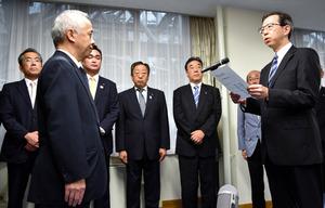 東京電力ホールディングスの広瀬直己社長(左から2番目)に情報公開の徹底などを申し入れる内堀雅雄知事(右)=県庁