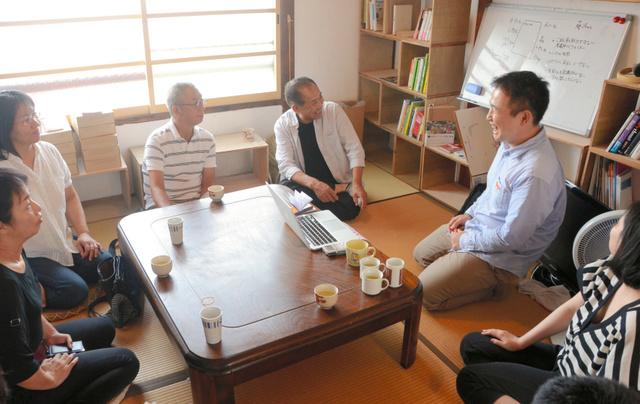 悩みや課題を話し合う、子ども食堂の運営者=徳島市沖浜町大木の私設図書館「おとなり3」