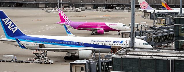 国際線ターミナルに並ぶ航空機。排出規制が固まれば、航空会社の経営に影響しそうだ=羽田空港