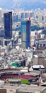 中四国地域で最も高いビル「ビッグフロントひろしま」(左奥)ができるなど、再開発が進むJR広島駅前=15日、広島市南区、本社ヘリから、遠藤真梨撮影