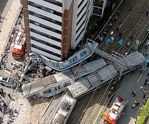 脱線事故現場。1両目は1階に突入、2両目は壁に巻き付いた