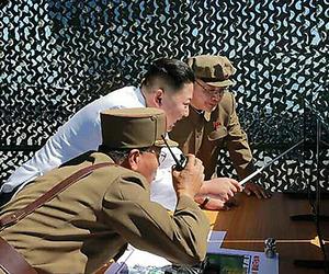 実験を視察した金正恩・朝鮮労働党委員長(中央)。20日付の労働新聞電子版から=時事