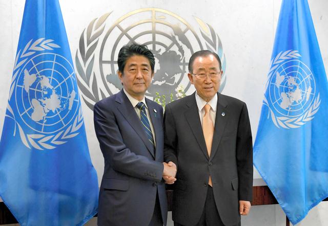 国連の潘基文事務総長(右)と握手する安倍晋三首相=20日午後、米ニューヨークの国連本部、代表撮影