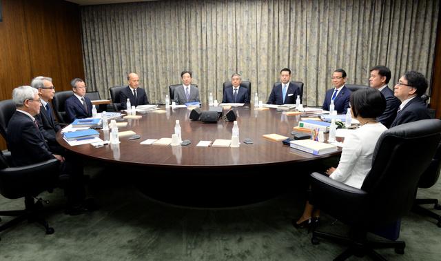 金融政策決定会合に臨む日本銀行の黒田東彦総裁(中央奥)ら=21日午前8時55分、東京都中央区、角野貴之撮影
