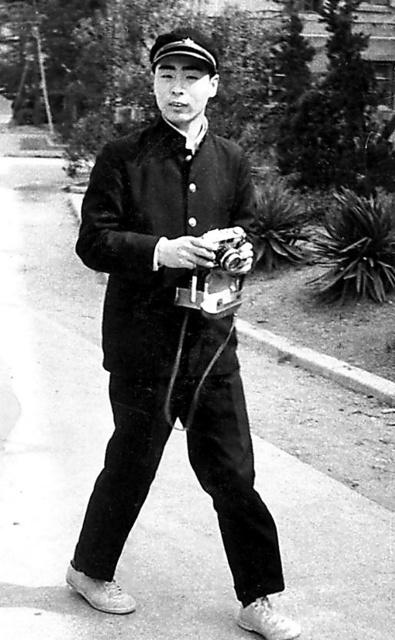 大阪府立生野高校2年のころ、父親が買ってくれたカメラを手に。新聞部に入っていたが、その後安保闘争の影響で生徒会長になった=本人提供