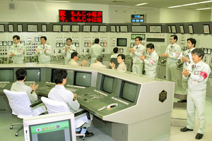 もんじゅが、核分裂が続く臨界に達し、中央制御室では、関係者の拍手が起きた=1994年4月