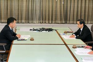 西川一誠知事(右)と面談する松野博一文部科学相=21日夜、福井県庁、影山遼撮影