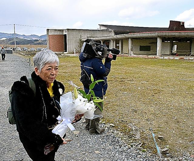 大川小の被災校舎を訪れた藤崎光子さん