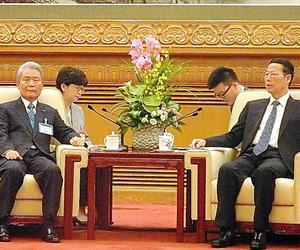 張高麗副首相(右)と会談する榊原定征経団連会長=北京市の人民大会堂
