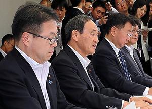 原子力関係閣僚会議で、発言をする菅義偉官房長官(左から2人目)。左端は世耕弘成経産相、左から3人目は松野博一文科相=21日、首相官邸