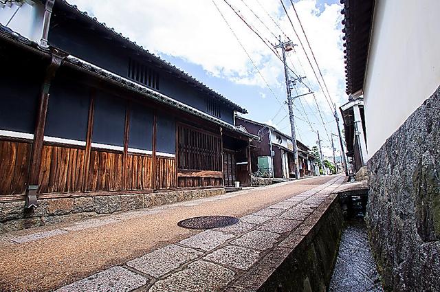 高取城跡に向かう土佐街道は城下町の町並みが残る=久保田狐庵撮影