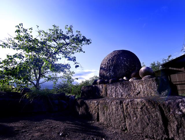 丸石神とも呼ばれる。ただの石に、道ゆく人々の思い、無意識がやどる=山梨県山梨市