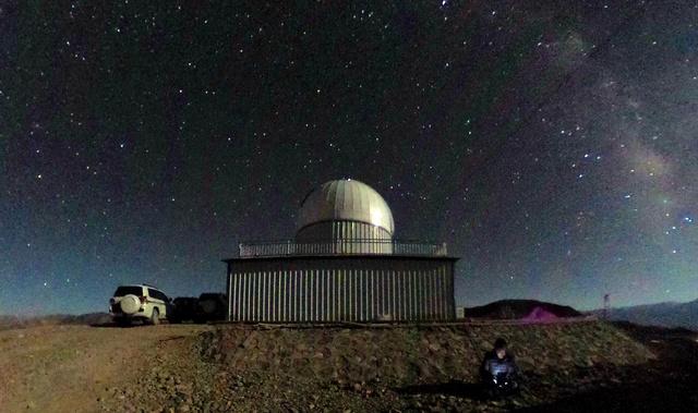 広島大が望遠鏡を設置した天文台(中央)の上に広がる満天の星=9月上旬、チベット・アリ地区、360度カメラで撮影、広島大提供