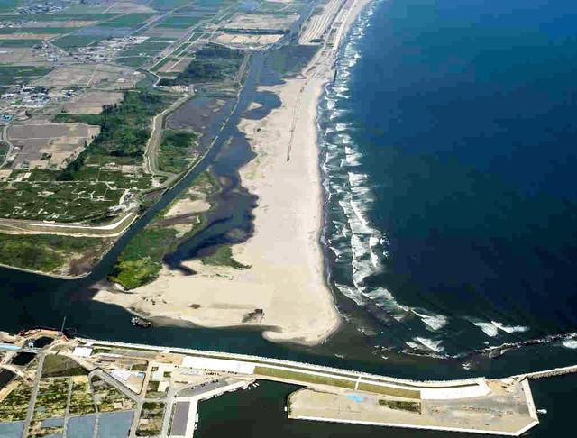 環境配慮型の防潮堤がつくられる仙台・井土浦地区。中央の井土浦は、環境省が「重要湿地」に選定している=2015年6月、仙台河川国道事務所提供