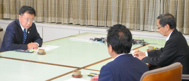 西川一誠知事(右)と渕上隆信敦賀市長(手前)に原子力関係閣僚会議の結果を報告する松野博一文部科学相=県庁