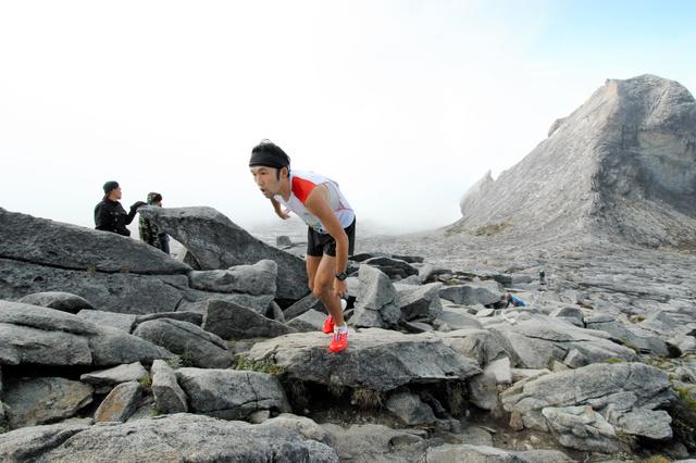 2014年の国際大会(マレーシア)で山岳コースを駆け登る松本大さん=松本大さん提供