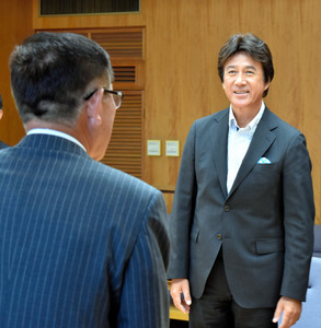 佐竹知事を表敬訪問した草刈正雄さん(右)=県庁