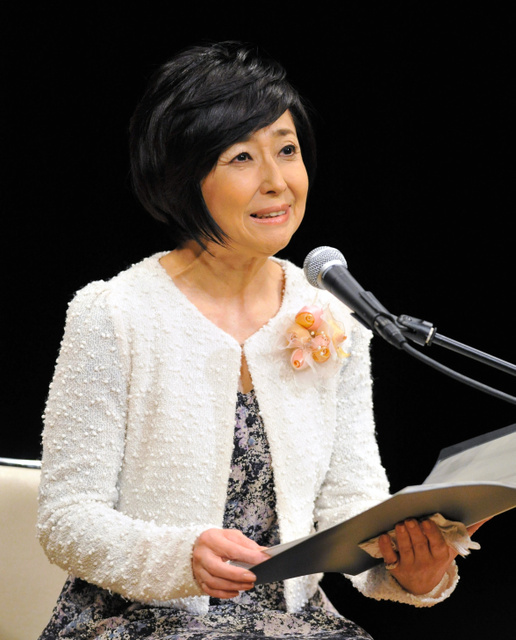 震災詩を朗読する竹下景子さん=2012年1月、神戸市灘区