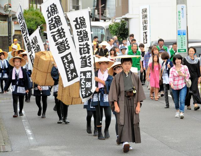 鮎鮨街道を練り歩く子どもたち=笠松町下新町