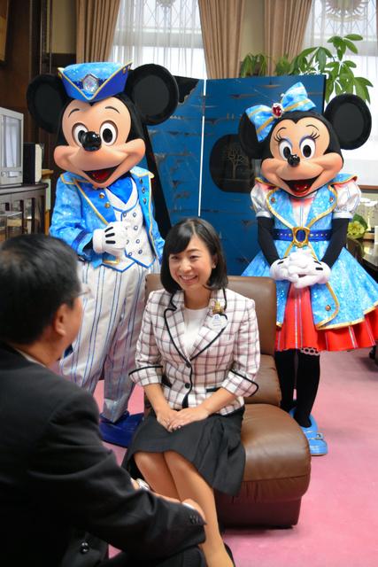 ミッキー、ミニーと一緒に室井照平市長に面会した東京ディズニーリゾート・アンバサダーの今枝李衣奈さん(中央)=会津若松市役所