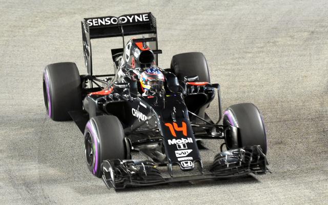 F1のシンガポール・グランプリに出場したマクラーレン・ホンダの車=AFP時事
