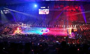 開幕戦のセレモニーで整列したアルバルク東京(右)と琉球ゴールデンキングスの選手たち=22日、代々木競技場、西畑志朗撮影