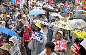 脱原発を求め、傘やプラカードを掲げる参加者ら=22日午後2時25分、東京都渋谷区の代々木公園、工藤隆治撮影