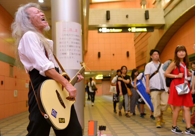 髪をふりみだし歌い上げる「露天商 心詩」=8月6日、大阪市中央区、滝沢美穂子撮影